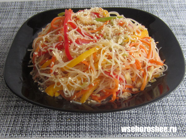 Салат из фунчозы с курицей и овощами - готово