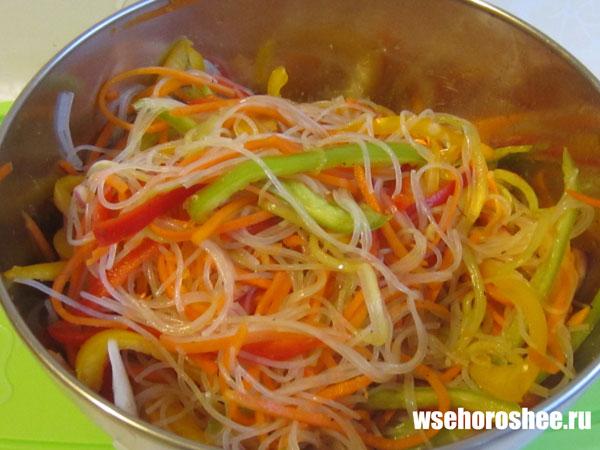 Салат фунчоза с курицей и овощами