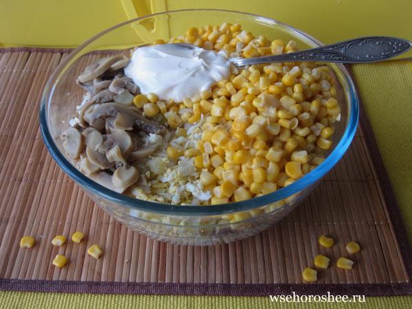 Салат к пасхальному столу - смешиваем ингредиенты
