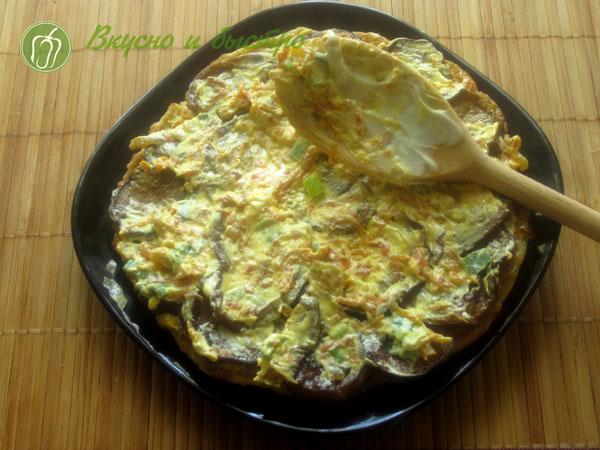 Рецепт кабачкового торта с грибами - слой соуса